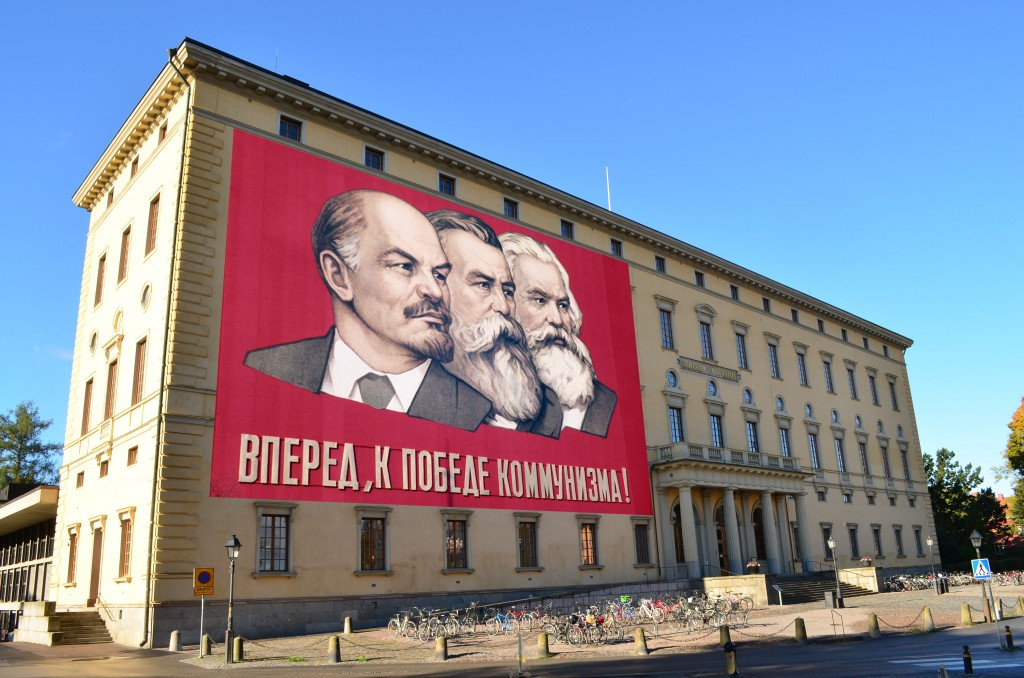 """""""Konstverket måste ses i sitt sammanhang"""". """"Det är egentligen ett konstverk som kritiserar kommunismen"""". """"Politiken måste hålla en armlängds avstånd till konsten"""". Ett anspråkslöst förslag till nytt konstverk på universitetsbiblioteket. Passar bra att sätta upp längs med nya """"paradgatan"""" i Uppsala."""