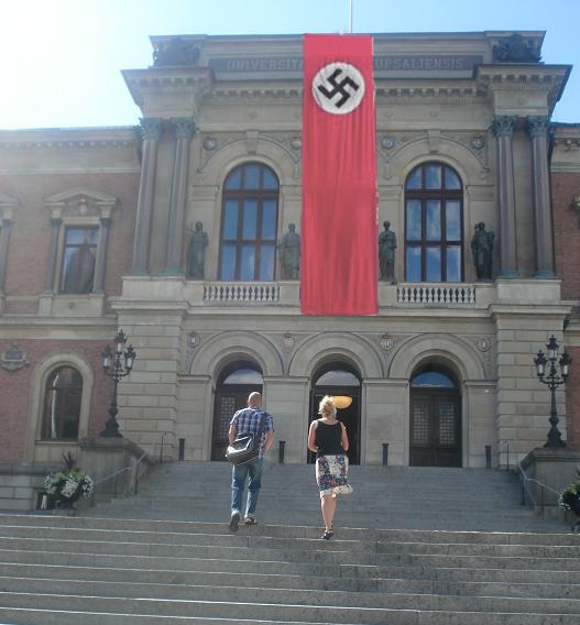 """""""När vi kom till föreläsningen hade kommunen varit framme och piffat upp universitetshuset med en färgglad banderoll,"""" berättar Clara Schuman, som studerar juridik. """"Det kändes fräscht."""" """"Vi ville väcka debatt och känslor, och skapa en nytolkning av vår komplexa historia, insatt i en ny kontext"""", förklarar Franz Berwald, kulturprofet på Uppsala kommun."""