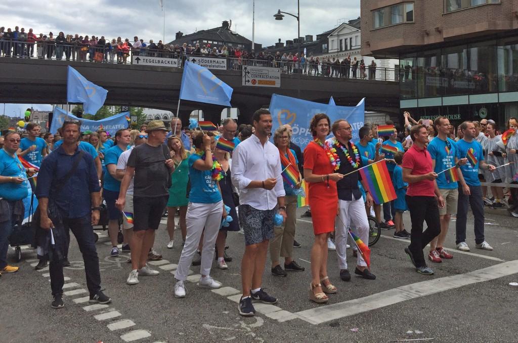 Anna Kinberg Batra i täten för Moderaterna i Pride-tåget 2017.